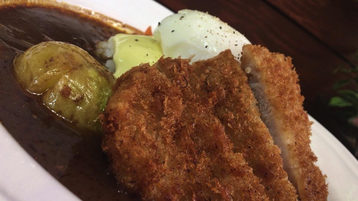 黒毛和牛の味わいを感じるカレーを半熟卵でマイルドに楽しむ【cafe Ozunu】