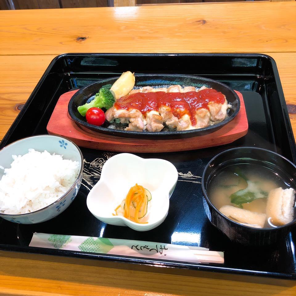 【湯田ん蔵】薩摩川内にある幸せの黄色いおうちで鶏のチーズ焼きをいただいた
