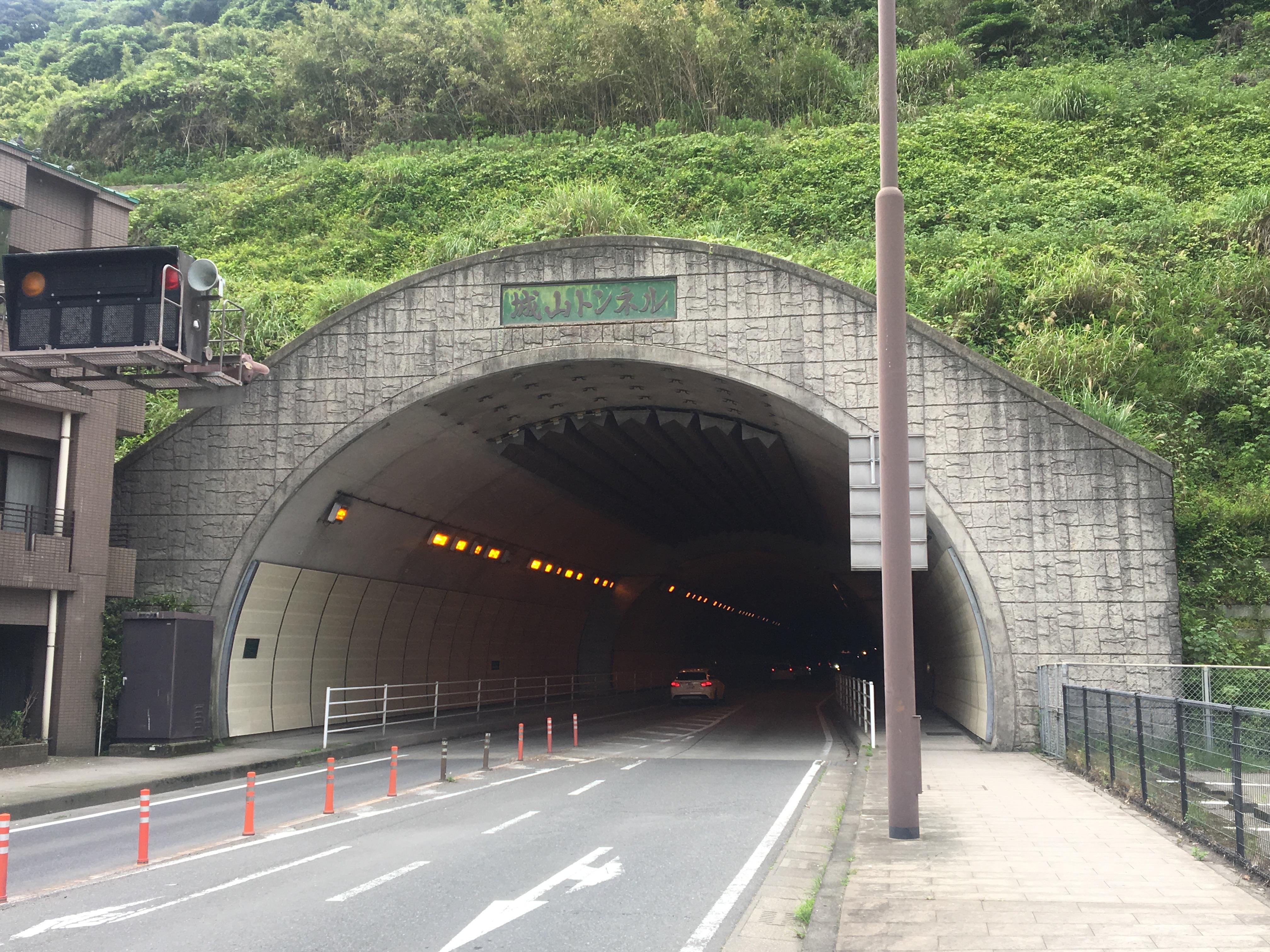 鹿児島市の城山トンネルをじっくり眺めてみると色々発見がある