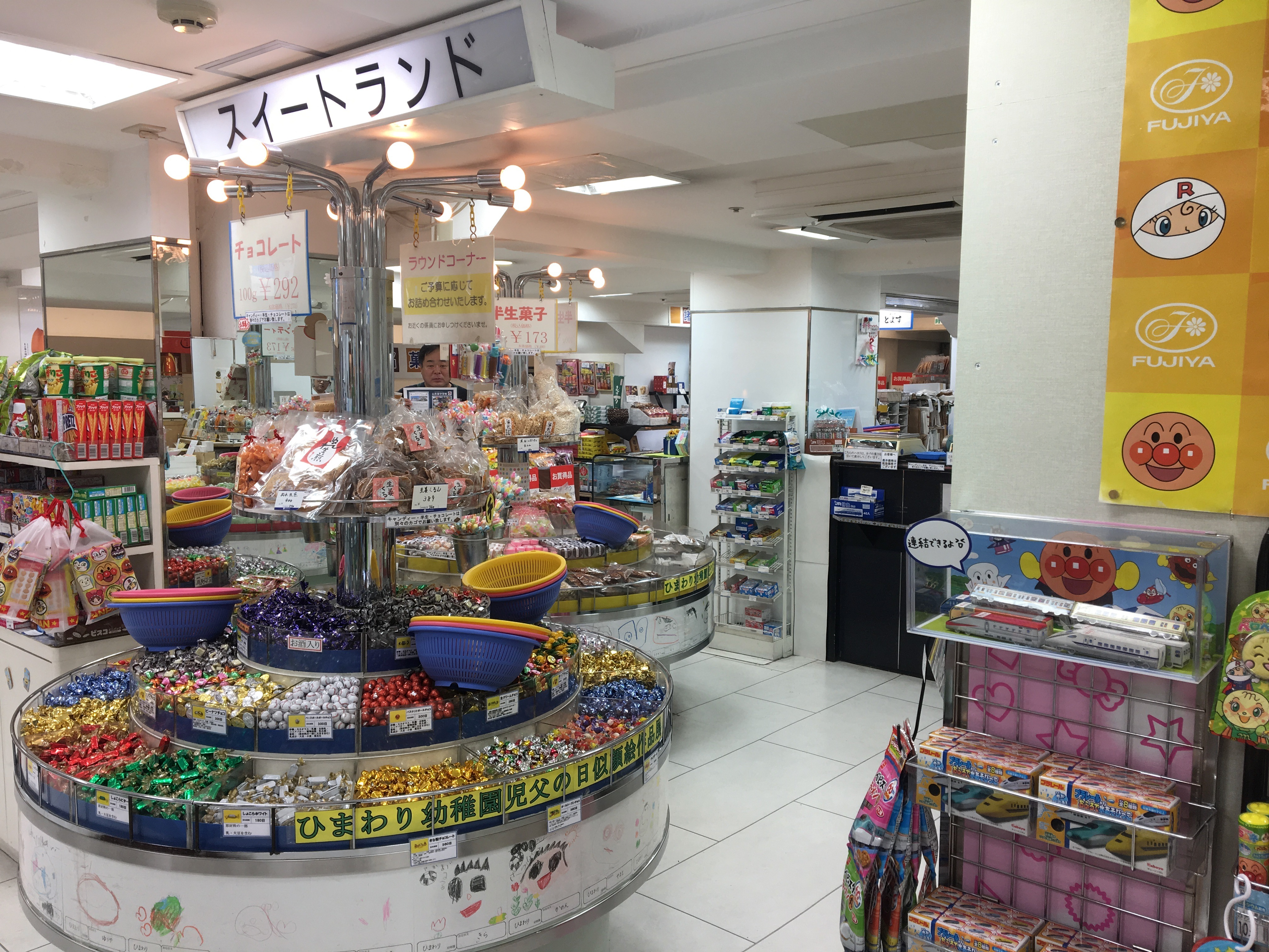 鹿児島県民なら山形屋お菓子売り場「ラウンドコーナー」にテンションを上げたことがあるはず
