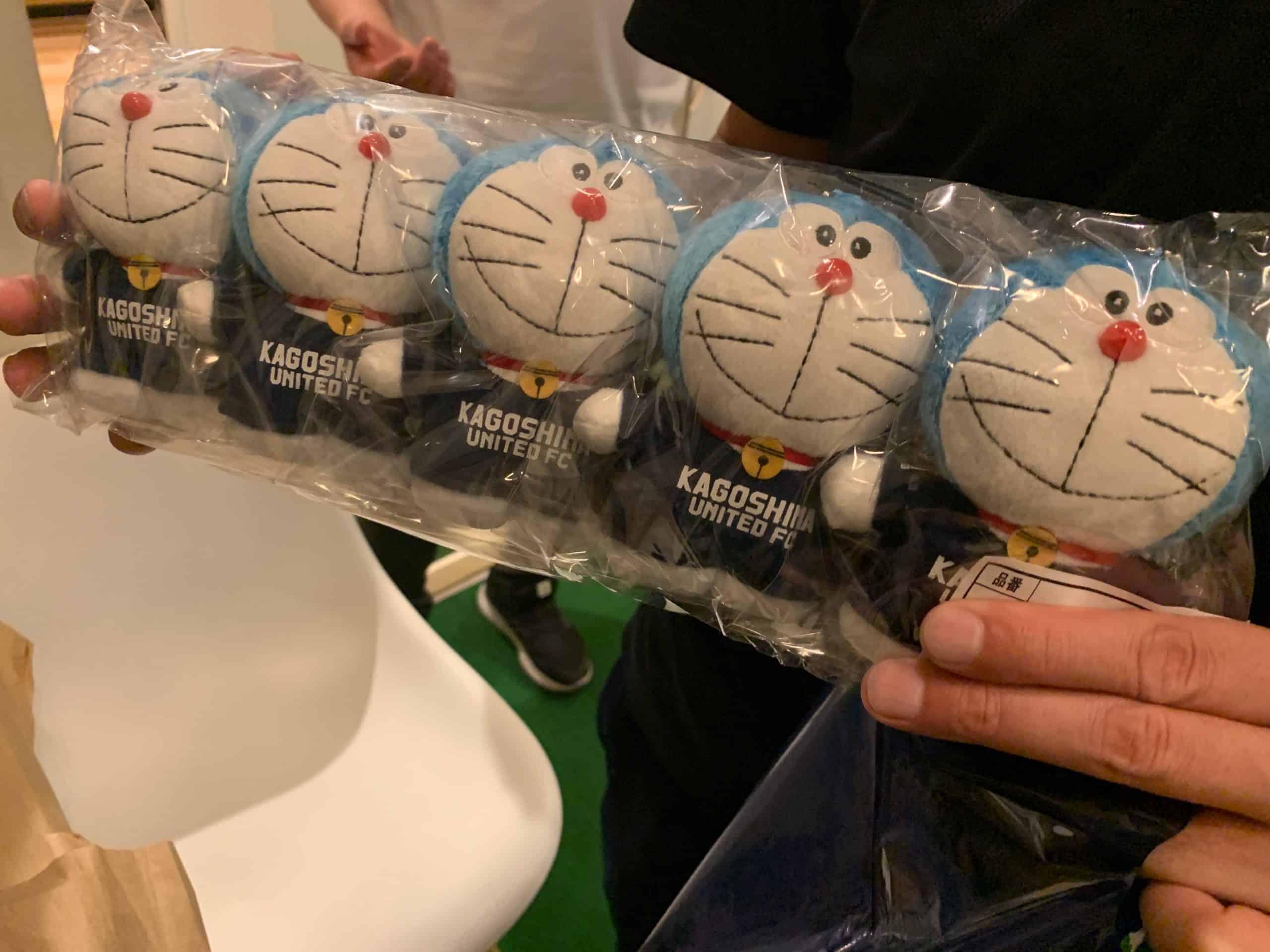 【新グッズ】ドラえもんが鹿児島ユナイテッドのシャツ着てる!!!