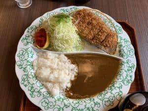 姶良市「万さく」のカツカレーはご飯もお替りできて間違いない!